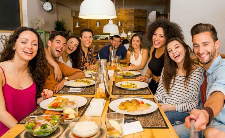 vriendengroep lekker aan het eten